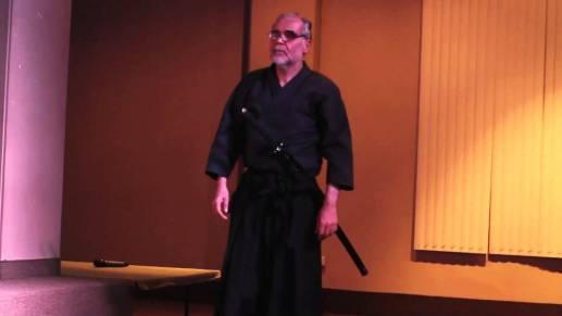 El poeta José Pancorvo vestido de Samurai, katana incluida.