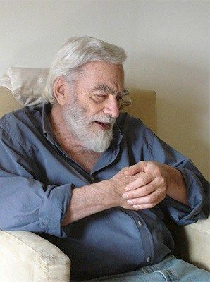 El poeta, editor y ensayista Hugo Gola.