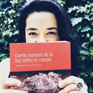 La poeta con el poemario.