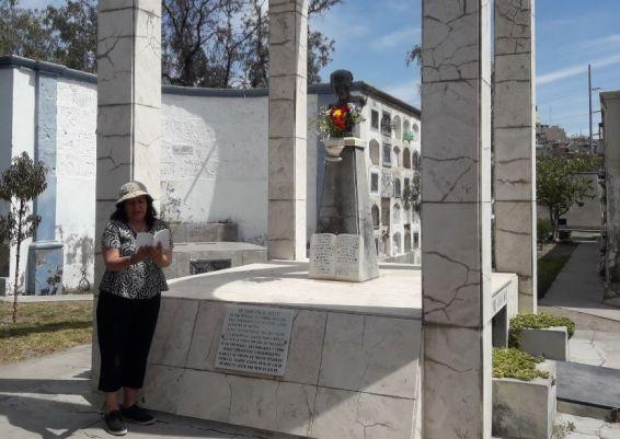 La poeta Consuelito Núñez leyendo en la romería en homenaje al poeta Alberto Hidalgo en el cementerio La Apacheta. 101 años de la vanguardia poética peruana. Arequipa, 2018 Crédito de la foto Mario Pera.