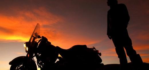 anoitecer-moto-homem