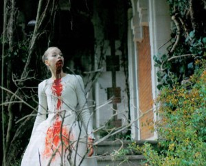 livide-2011-movie-iimage-bloody-dress