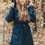 Die nachhaltige Regenjacke in Trenchcoat Optik / RAINS