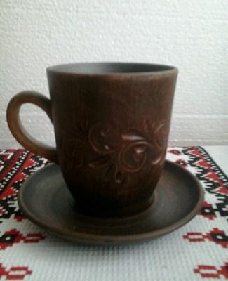 Чашка глиняная с узором на блюдце