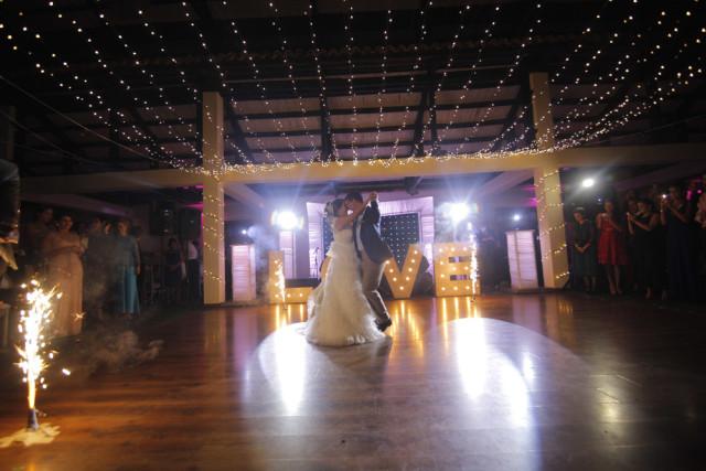 Decoración con luces para matrimonio