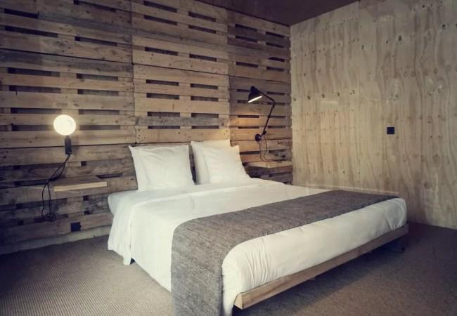 Zalig slapen tussen houten paletten in Chelton Hotel Brussel