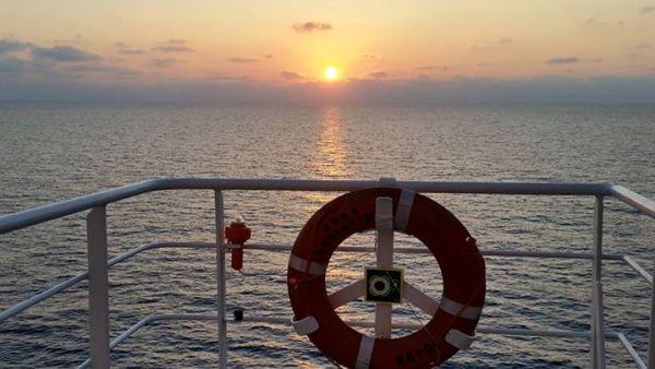 Amanecer desde el buque Adriatico de TRASMEDITERRANEA