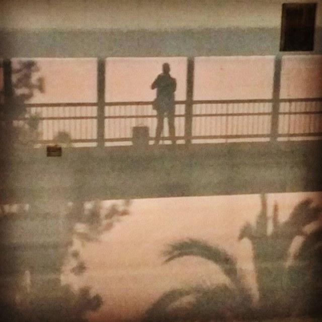 Hasta mi sombra se hace un selfie mientras se dispone a embarcar en el ADRIATICO