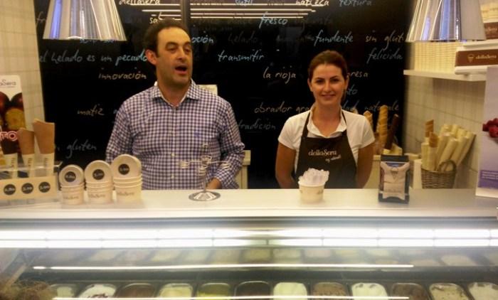 Fernando Sáenz en su heladería DellaSera