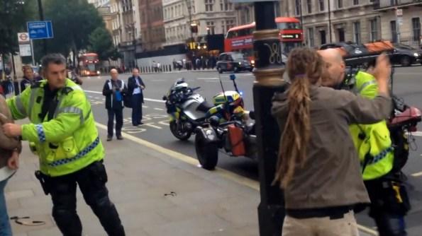 ET-ces-deux-policiers-ont-beaucoup-de-mal-a-gerer-cette-intervention
