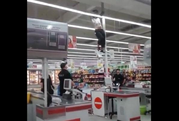 ET-il-escalade-une-caisse-de-supermarche-et-se-fracasse-au-sol