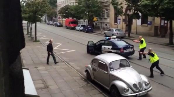 ET-la-police-tire-sur-un-homme-arme-d-une-barre-de-fer