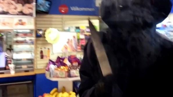ET-un-braqueur-arme-d-un-couteau-retenu-prisonnier-dans-le-commerce