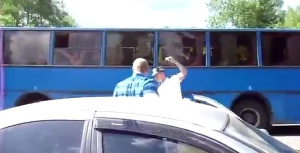 ET-un-policier-russe-tire-dans-le-pneu-d-une-voiture