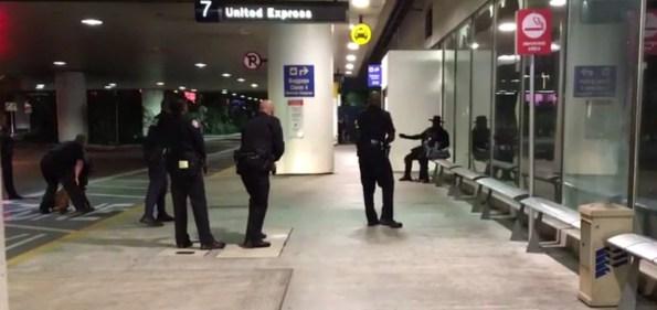 PERLES-deguise-en-zorro-il-seme-la-panique-a-l-aeroport-de-los-angeles