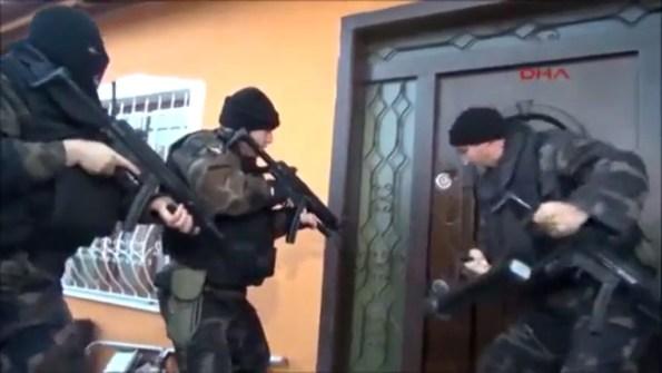 PERLES-le-groupe-d-elite-de-la-police-turque-ouvre-une-porte