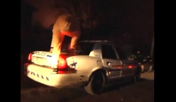 PERLES-un-homme-fait-un-salto-arriere-depuis-une-voiture-de-police