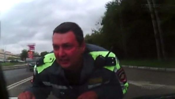 PERLES-un-policier-percute-par-une-voiture-s-accroche-au-capot