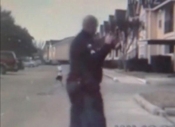 PERLES-un-policier-s-arrete-pour-jouer-au-football-avec-un-enfant