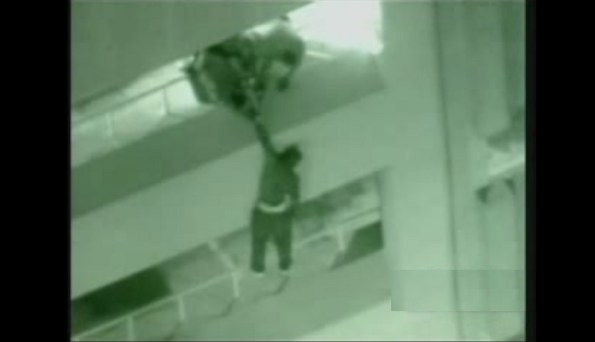 US-les-policiers-ne-peuvent-pas-retenir-un-suspect-qui-tombe-de-4-etages