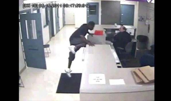 US-un-homme-attaque-un-policier-dans-un-commissariat