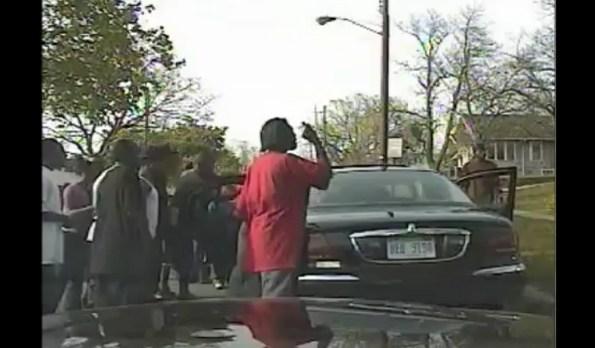 US-un-policier-deborde-et-finalement-attaque-par-une-foule-hostile