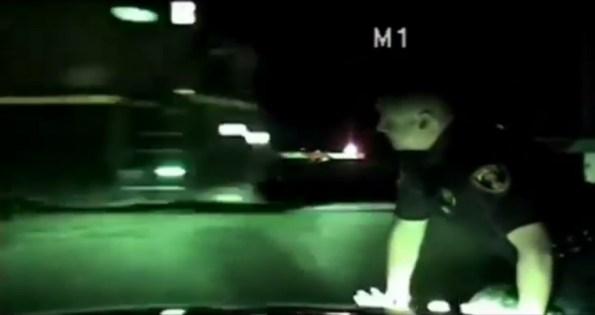 US-un-policier-sauve-une-femme-in-extremis-au-passage-a-niveau
