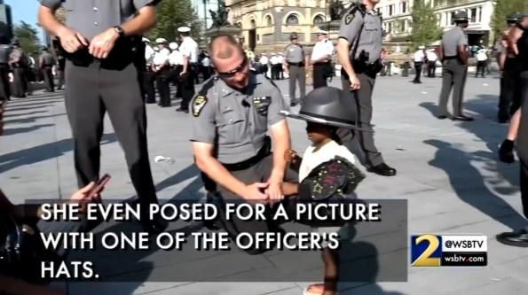 US-une-petite-fille-remercie-les-policiers-pour-leur-courage
