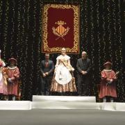 L'Auditori es vesteix de gala per a imposar les bandes a la reina i la cort d'Honor i escoltar el Pregó de Festes