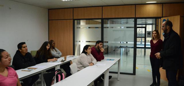 Una vintena d'alumnes de Cadis, Madrid, Guinea, Mali, Marroc, Perú, Colòmbia, Veneçuela, Romania i Rússia aprenen valencià