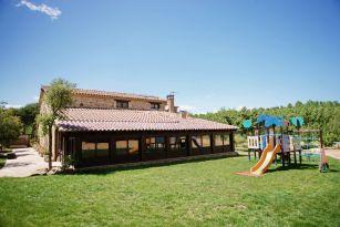 casa-rural-costa-brava-grupos-32-personas-piscina-privada-porche-barbacoa-villa-la-belladona-037