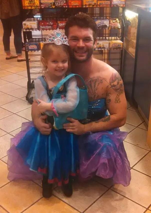 niña y tio se visten de cenicienta  (2)