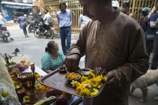 mujer-ayuda-perros-nepal-terremoto-ritual