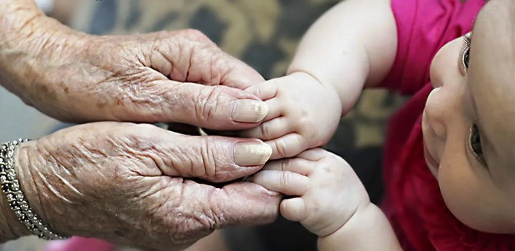 abuelos-nieto-bebe