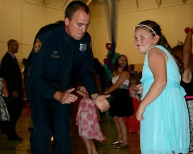 policias-en-baile-escolar-1