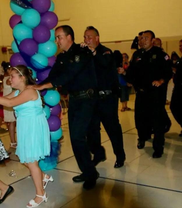 policias-en-baile-escolar-5