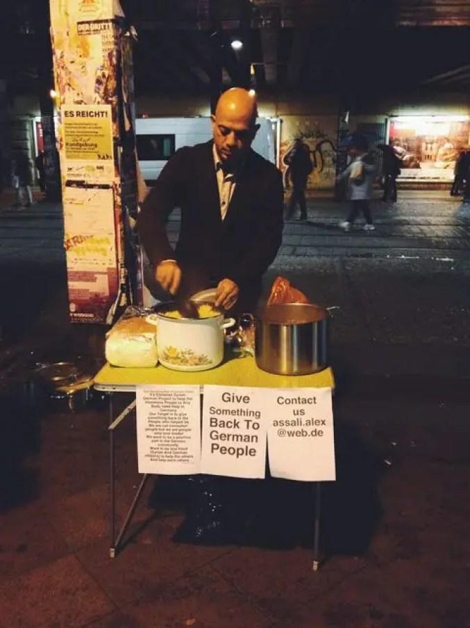 hombre-sirio-alimenta-a-personas-sin-hogar1