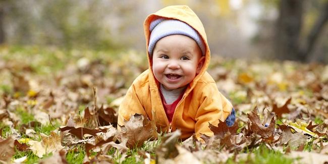 sonbahar yaprakları ve bebek
