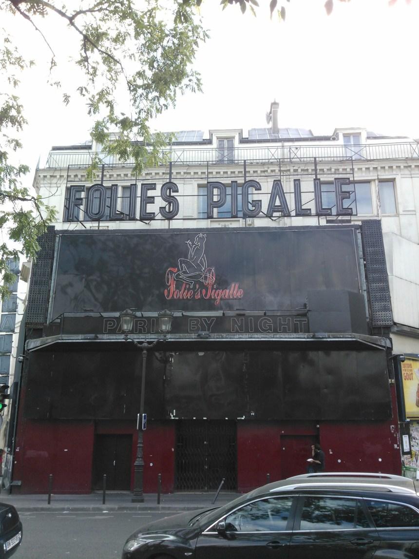 La façade des Folie's Pigalle en août 2013.  Il manque la moitié des néons, aucune information, plaque, affiche, visible, ça semble fermé.