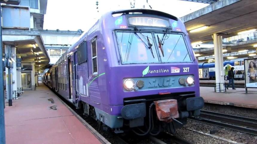 Le même train, filmé par billy69150 sur Youtube : les inscriptions sur le côté ont disparu, les dessins ont changé.