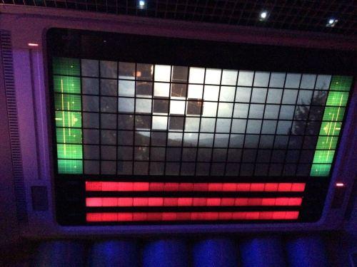 La transition dalle par dalle, pour faire comprendre que chaque carreau est un écran-vitre du futur. En en capturant in instant on comprend que c'est simplement imprimé tel quel sur la pellicule.  Photo : Visionarium.fr
