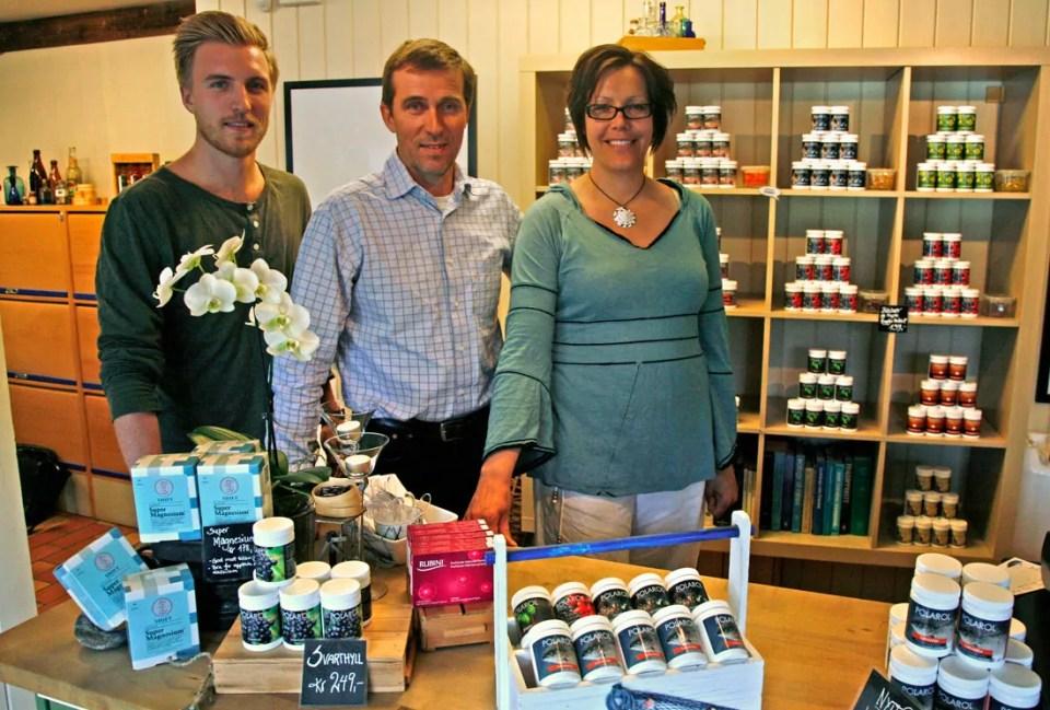 Sindre og Petter Tidemand-Johannessen sammen med Tatiana Fredriksen ønsker kundene velkommen til Polarol.