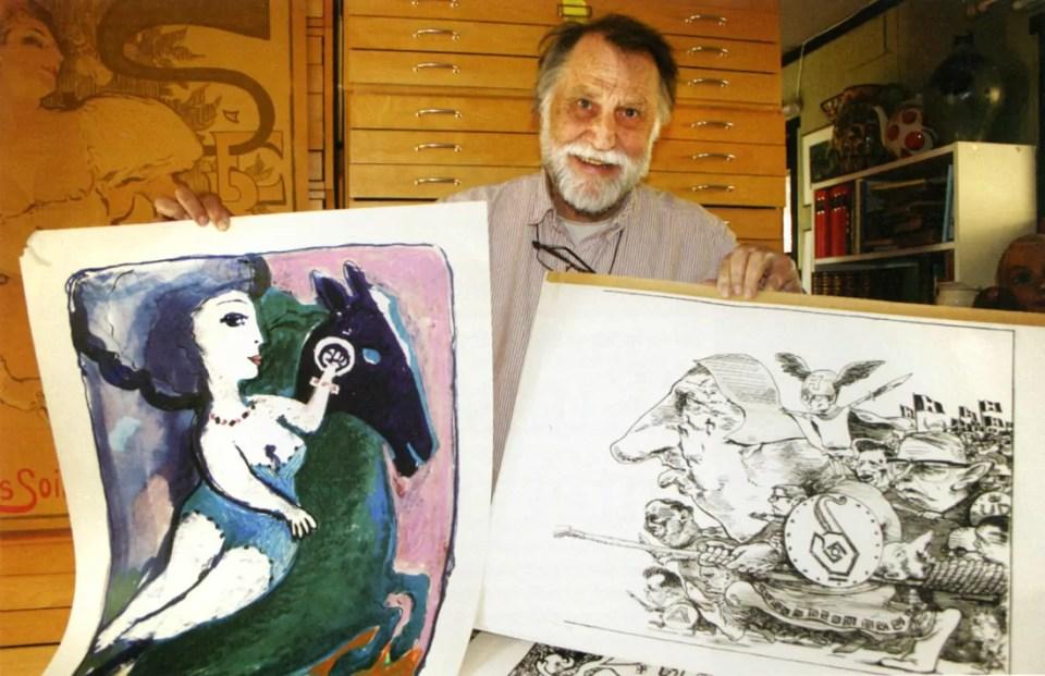Hans Normann Dahl med to av sine mest kjente poltiske kunstverk fra 70-tallet. Foto: Jan S. Christensen.