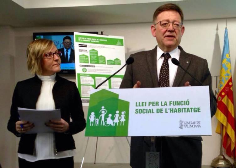 El presidente de la Generalitat, Ximo Puig, y la consejera de Vivienda, María José Salvador, exponiendo las líneas de la ley.