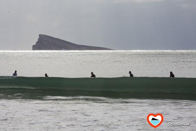surfistas-en-benidorm-alicante-playa