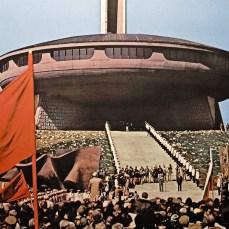 La sede del Partito (l'Unico Partito, senza attributi), uscita dritta da un film di fantascienza anni '50. Questa meraviglia sopravvive anche oggi, guardate qui > http://www.thebohemianblog.com/2012/04/urban-exploration-communist-party-headquarters-buzludzha-bulgaria.html