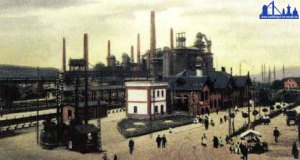 Der inzwischen erweiterte Bahnhof um 1910. Im Hintergrund ist die Völklinger Hütte zu sehen