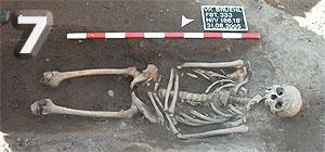 Fundstelle 333; bis zu den Kniescheiben erhaltenes Skelett mit über dem Bauchbereich gekreuzten Armen