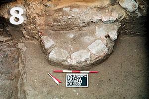Fundstelle 432; Säulenfundament? Im Bereich des Langhauses unterhalb des mittelalterlichen Estrichs. Die andere Hälfte ist im nicht ausgegrabenen Profil verborgen.