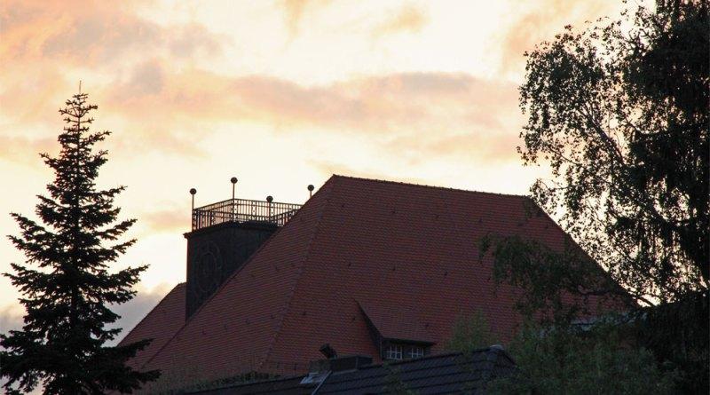 Das Albert-Einstein-Gymnasium im Abendlicht (Foto: Hell)